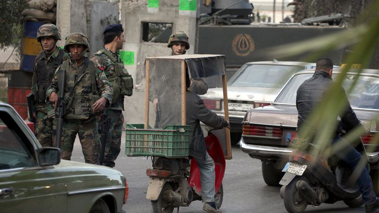 Un checkpoint de l'armée libanaise à Tripoli, dans le ,ord du Liban, une ville régulièrement secouée par des violences entre pro et anti-régime syrien, le 23 janvier 2014. ( AFP)