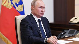 Le président russe, Vladimir Poutine, dans son bureau de la résidence présidentielle d'Novo-Ogaryovo, le 1er juin 2020. (ALEKSEY NIKOLSKYI / SPUTNIK / AFP)
