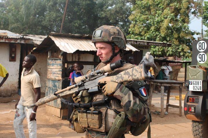 Un soldat français de la force Sangaris en patrouille le 23 juin 2014 près de Bangui. (PACOME PABANDJI / AFP)