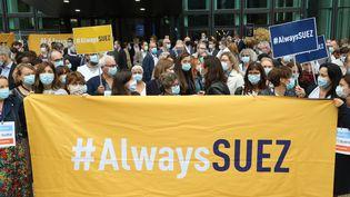 Des employés de Suez manifestent leur opposition au projet de rachat de leur entreprise par Veolia, le 8 septembre 2020, devant le siège de Suez à la Défense (Hauts-de-Seine). (LUDOVIC MARIN / AFP)