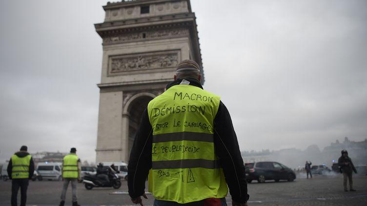 """Un """"gilet jaune"""" manifeste près de l'arc de triomphe, à Paris, samedi 24 novembre 2018. (LUCAS BARIOULET / AFP)"""