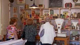 Une épicerie, comme il en existait dans les années 1950, a été reconstituée dans une gare de Charente. Un retour dans le passé très émouvant pour certains habitants. (FRANCE 3)