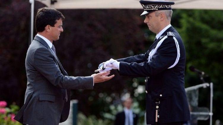 Manuel Valls à l'école de police de Saint-Cyr au Mont d'Or (PHILIPPE DESMAZES / AFP)