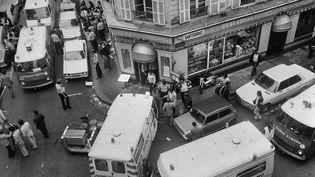 Les secours interviennent après l'attentat qui a fait six morts et 22 blessés, le 9 août 1982, dans le quartier juif, dans le4e arrondissement Paris. (JACQUES DEMARTHON / AFP)