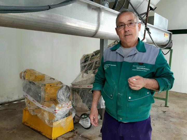 """Manolo, l'un des ouvriers de l'exploitation collective """"El Humoso"""", dans le moulin qui permet de presser l'huile d'olive, à Marinaleda, le 18 mars 2019. (ISABELLE LABEYRIE / RADIO FRANCE)"""