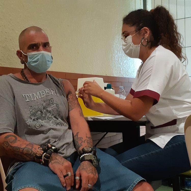 Un homme reçoit sa première injection de vaccin contre le Covid-19, le 28 juillet 2021, à Saint-Paul-lès-Dax (Landes). (YANN THOMPSON / FRANCEINFO)
