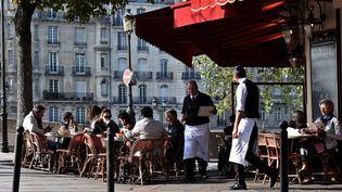 La terrasse d'un restaurant, au cœur de Paris, le 11 octobre 2016. (CHRISTOPHE ARCHAMBAULT / AFP)
