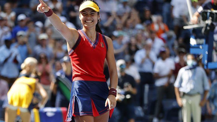 Emma Raducanu après sa victoire contre Belinda Bencic en quarts de finale, le 8 septembre 2021. (JOHN G. MABANGLO / EPA)