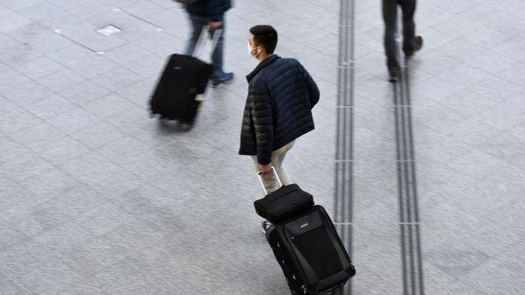 Illustration dans la Gare de Lyon à Paris. (STEPHANE DE SAKUTIN / AFP)
