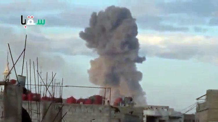 Bombardement dans la région de Damas par l'aviation syrienne, le 22 avril 2013. (AFP / YOUTUBE)