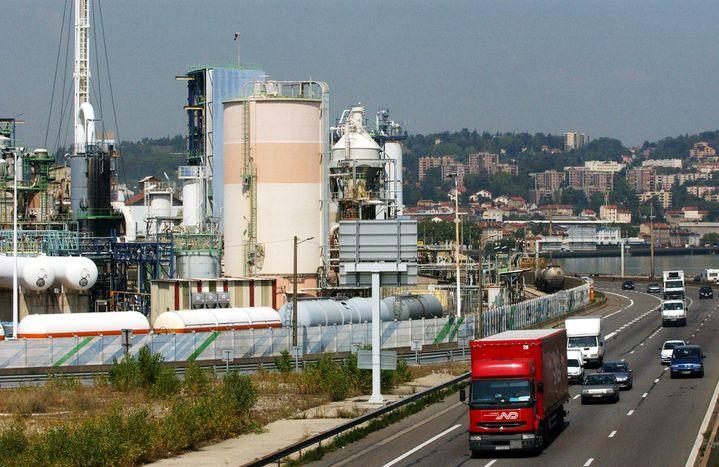 """Le """"couloir de la chimie"""" de la région lyonnaise est installé le long du Rhône et de l'autoroute A7. (PASCAL GEORGE / AFP)"""