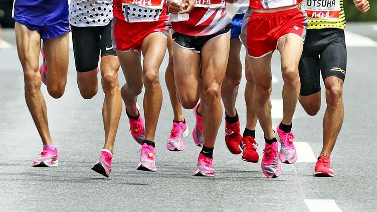 Des athlètes équipés du modèle Vaporfly de Nike, lors d'une courseà Tokyo, le 2 juin 2020. (POOL FOR YOMIURI / YOMIURI / AFP)