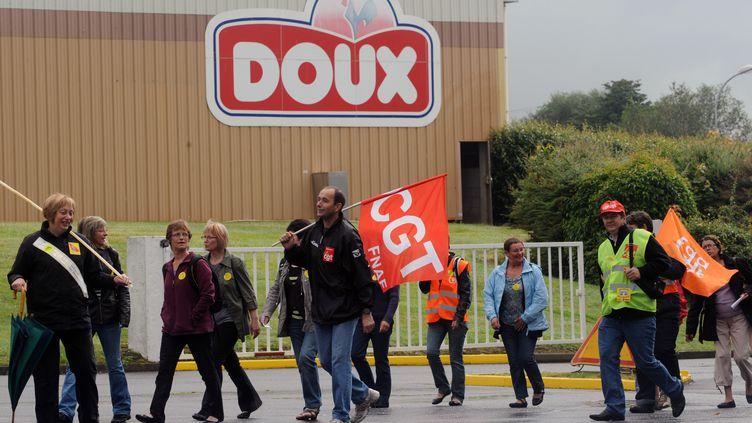 Des salariés de Doux défilent devant un site du groupe, le 17 juillet 2012 à Châteaulin (Finistère). (FRED TANNEAU / AFP)