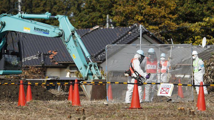 Un chantier de construction de réservoirs pour stocker des matières radioactives extraites du sol près de Fukushima (Japon), en novembre 2016. (Kyodo News / MAXPPP)