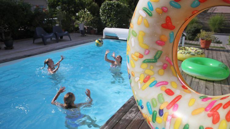 Des baigneurs dans une piscine privée. Photo d'illustration. (JEAN-MARC LOOS / MAXPPP)