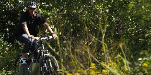 Le président des Etats-Unis, Barack Obama, à vélo pendant ses vacances sur l'île de Martha's Vineyard (Massachussets) le 23-8-2011. (Reuters - Kevin Lamarque)