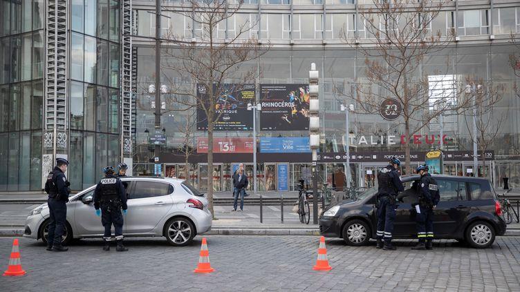 Des policiers effectuent des contrôles place d'Italie à Paris. (THOMAS SAMSON / AFP)