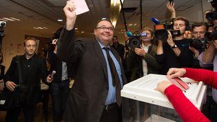 Patrick Mennucci vainqueur de la primaire socialiste pour les municipales à Marseille, le 20 octobre 2013. (BERTRAND LANGLOIS / AFP)