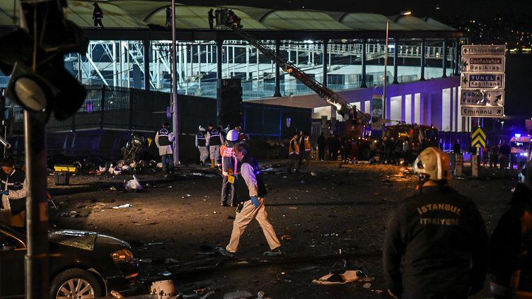 Un enquêteur de la police turque sur le lieu d'un double attentat près du stade du club de foot de Besiktas à Istanbul (Turquie), le 10 décembre 2016. (OZAN KOSE / AFP)