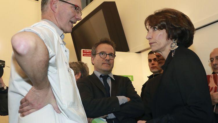 La ministre de la Santé, Marisol Touraine, s'entretient avec le directeur du département des urgencesDominique Pateron, devant le directeur de l'APHP, Martin Hirsch, le 27 décembre 2016 à l'hôpital Saint-Antoine. (JACQUES DEMARTHON / AFP)
