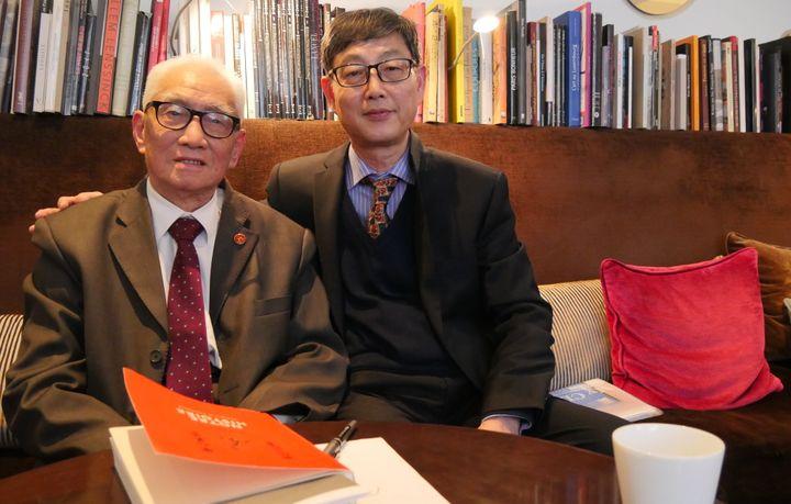 Rao Pingru et son fils aîné Xizeng  (Laurence Houot / Culturebox)