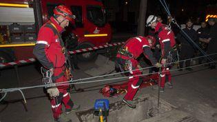 L'unité spécialisée du Groupe de reconnaissance et d'intervention en milieu périlleux des pompiers de Paris est intervenue pour venir en aide à la victime d'une chute dans les catacombes, le 11 mars 2017. (K. PLY / BSPP)