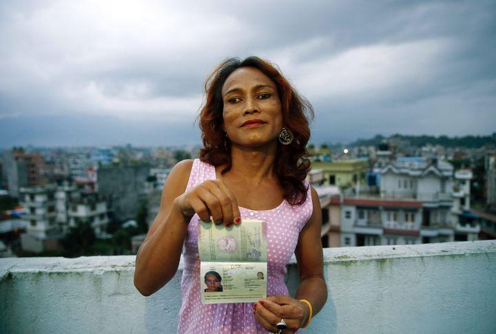 """Au Népal, une personnetransgenre montre son passeport avec le signe """"O"""", qui signifie """"autre"""", le 10 août 2015. (MAXPPP)"""