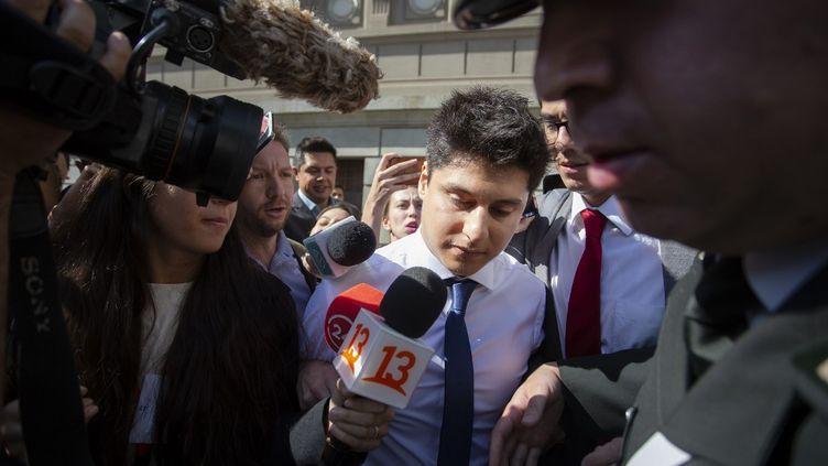 Le Chilien Nicolas Zepeda soupçonné du meurtre d'une étudiante japonaise en France en décembre 2016 quitte la Cour suprême de Santiago au Chili, le 5 mars 2020. (CLAUDIO REYES / AFP)