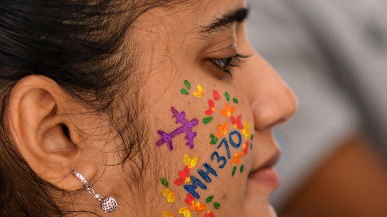 Une participante à la commémoration de la disparition du vol MH370, le 3 mars 2018 àKuala Lumpur (Malaisie). (MANAN VATSYAYANA / AFP)