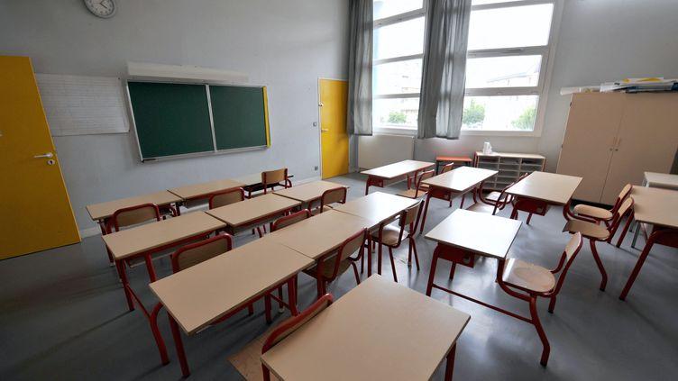Une classe vide, à Caen. (Illustration) (MYCHELE DANIAU / AFP)