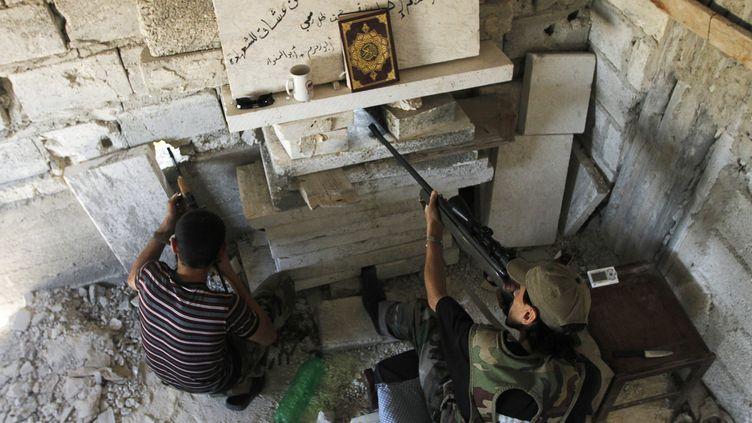 Des membres de l'Armée syrienne libre, opposées aux forces du président Bachar Al-Assad, dans le quartier de Salaheddine, à Alep, le 25 juin 2013. (REUTERS)