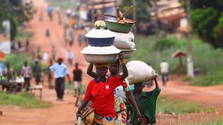 Des femmes se rendent au marché, à Bangui, en Centrafrique,un pays en proie à la crise. (SERGE DIBERT / MAXPPP)