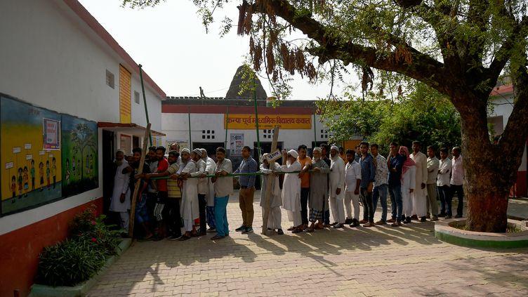 Des Indiens font la queue pour voter aux élections législatives le 11 avril 2019 à Kawaal, un village près de Muzaffarnagar, dans l'Etat Uttar Pradesh. (MONEY SHARMA / AFP)