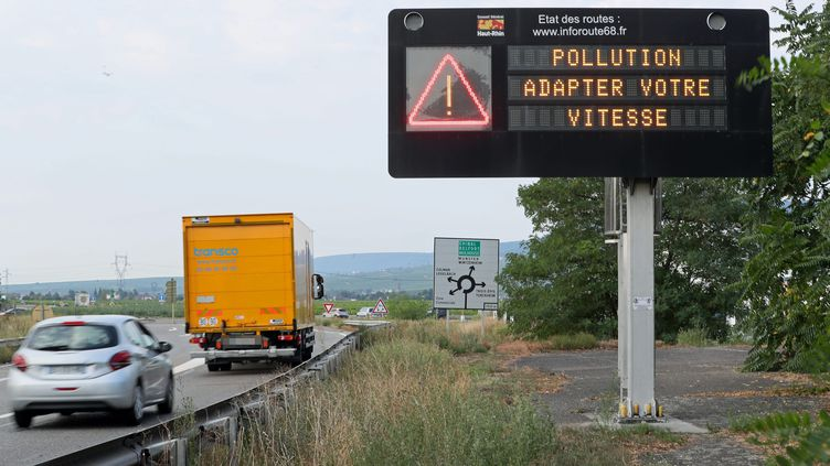 Une avertissement de réduction de vitesse pendant un épisode de pollution, ici en 2018. (THIERRY GACHON / MAXPPP)