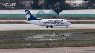 Un ATR essaie la piste de l'aéroport d'Ajaccio après les inondations le 27 décembre 2019 en vue de la reprise des vols. (JEAN-PIERRE BELZIT / MAXPPP)