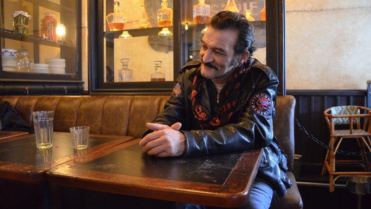 Jean-Pierre Matthey est attablé dans un bar du 19e arrondissement de Paris, le 12 décembre 2017. (YANN THOMPSON / FRANCEINFO)