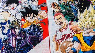 """Quelques-uns des héros les plus populaires ayant été publiés dans """"Weekly Shônen Jump"""" en couverture des catalogues d'expositions consacrés au magazine japonais. (SHUEISHA INC. / FRANCEINFO)"""