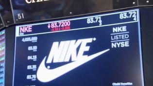 Aux États-Unis, une chaussure Nike portée par une star du basket s'est déchirée sous les yeux de milliers de spectateurs et des caméras lors d'un match. Le lendemain, la marque enregistre un milliard de pertes en capitalisation boursière. (FRANCE 2)