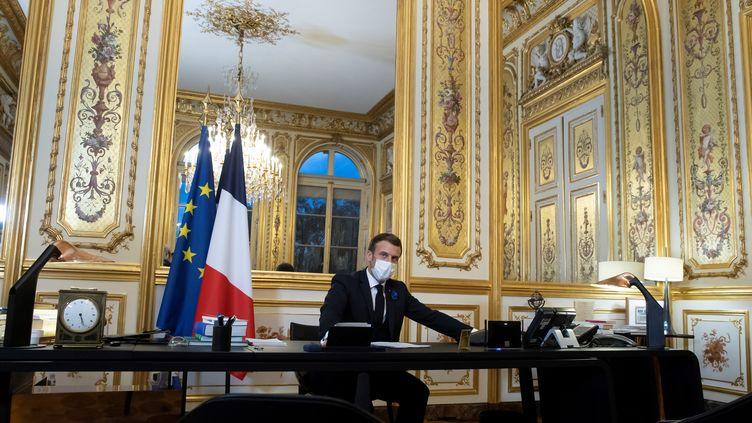 Emmanuel Macron lors d'un entretien téléphonique avec Joe Biden, le 10 novembre 2020, depuis l'Elysée, à Paris. (IAN LANGSDON / AFP)