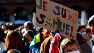 """Une pancarte """"Je suis Samuel"""" lors d'un rassemblement à Toulouse, en hommage à Samuel Paty, le 18 octobre 2020. (GEORGES GOBET / AFP)"""
