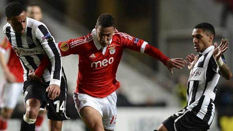 L'attaquant de Benfica Rodrigo dans la tenaille des joueurs de Newcastle