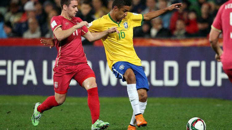 Le Serbe Andrija Zivkovic au duel avec le Brésilien Jorge (MICHAEL BRADLEY / AFP)