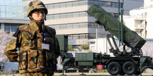 Militaire japonais en faction devant le ministère de la Défense à Tokyo (9-4-2013) (AFP - Yoshikazu TSUNO)