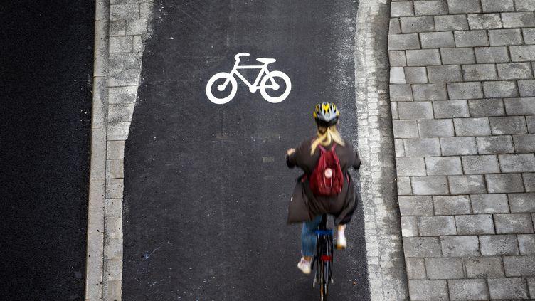 Une femme fait du vélo à Stockholm (Suède). (MAGNUS ANDERSSON / TT NEWS AGENCY)