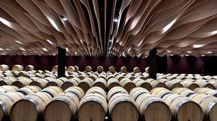 Des tonneaux dans une cave à vin àSaint-Julien-Beychevelle (Gironde), le 30 mars 2017. (Photo d'illustration) (GEORGES GOBET / AFP)