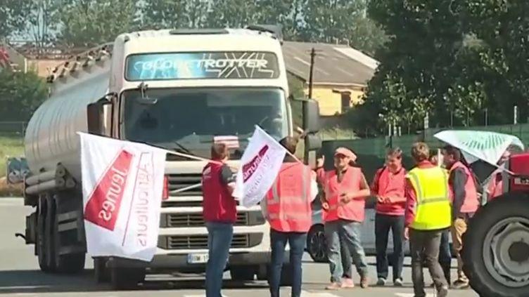 Des agriculteurs bloquent une raffinerie. (FRANCE 3)