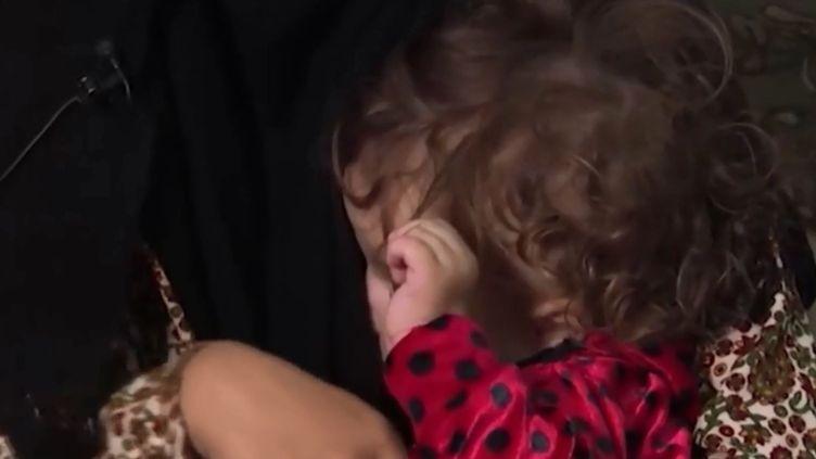 La jeune enfant de Djamila Boutoutaou dans les bras de sa mère. (FRANCE 3)