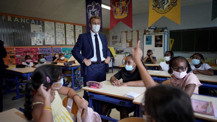 Emmanuel Macron en visite dans une école à Marseille le 2 septembre 2021. (DANIEL COLE / POOL)