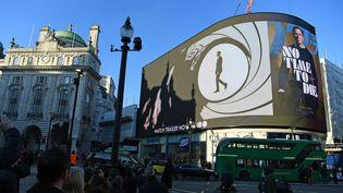 """L'affiche de """"No Time do Die"""" placardée en fomat géant à Londres, à Piccadilly Circus, le 4 décembre 2019 (VICTORIA JONES / MAXPPP)"""