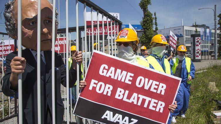 L'ONG Avaaz a symboliquement emprisonné Sepp Blatter dans une cage de fer, le 28 mai 2015, devant leCentre des congrès deZurich (Suisse). (GIAN VAITL / AP / SIPA)